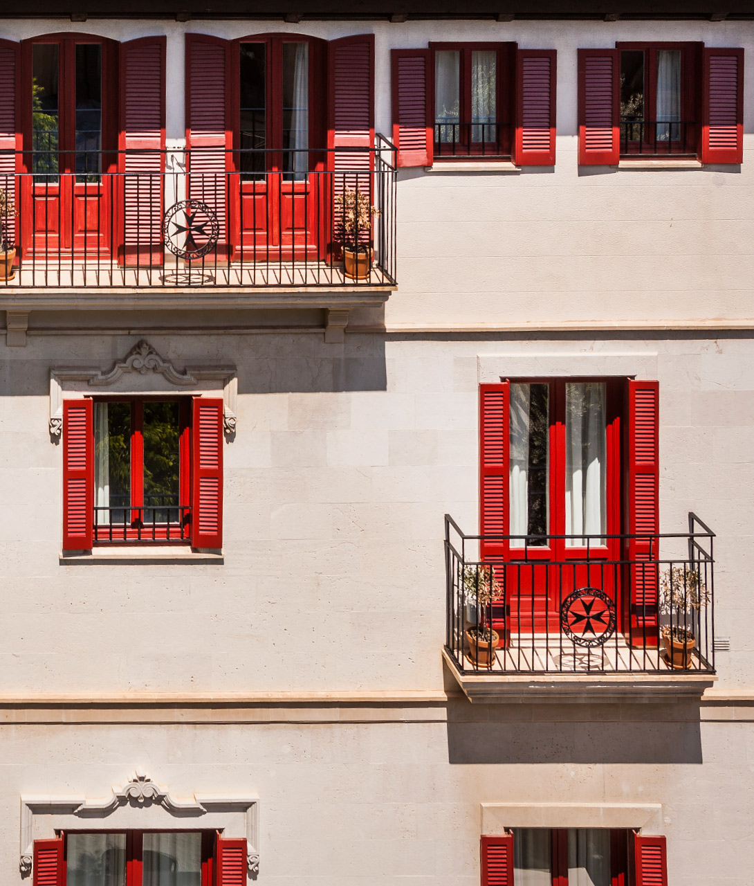 hotel-cort-facade-red-windows-k-01-x2.jpg