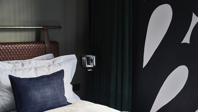 007 Gorgeous George Room Wall David Brits