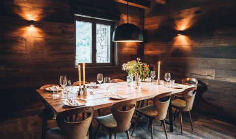 L Ovella Negra Mountain Lodge, Mountain Lodge Dining Room Furniture